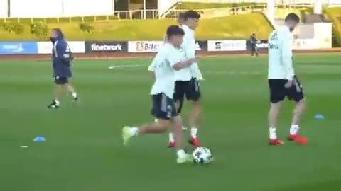 加维在西班牙国家队训练