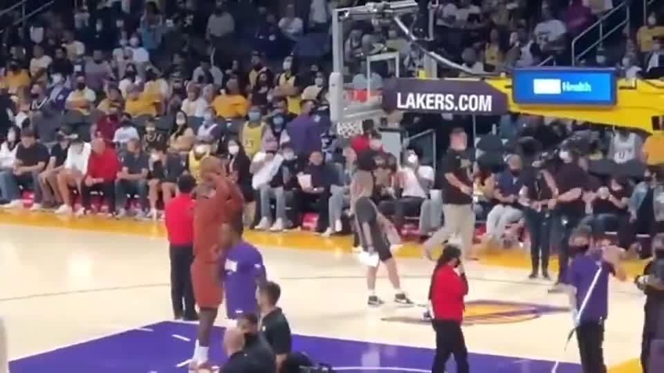 这老汉会打篮球吗?这命中率还没我高!
